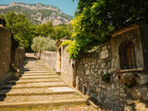 percorso a piedi verso il Santuario di Madonna della Corona