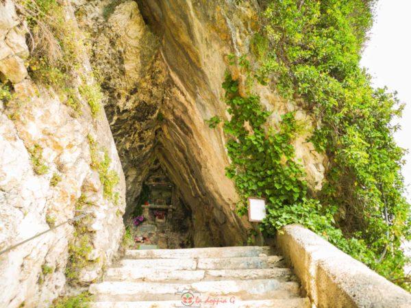grotta della pieta nel sentiero della speranza madonna della corona
