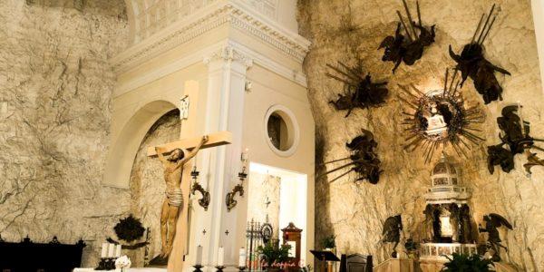 interno del santuario di madonna della corona veneto