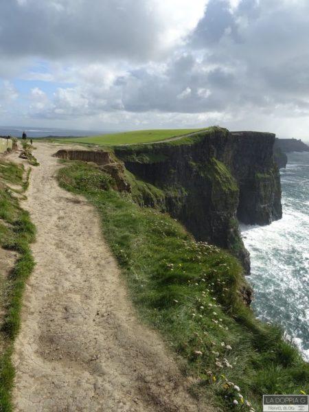 sentiero sulle cliff of moher cliff coastal trail