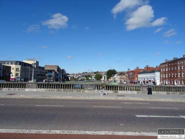 uno dei 20 ponti che attraversano il fiume lee a cork in irlanda