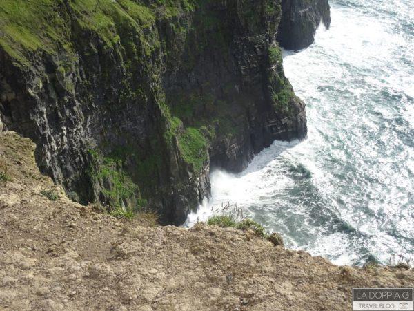 la potenza dell'oceano contro le scogliere in irlanda