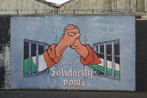 belfast murales nel centro città