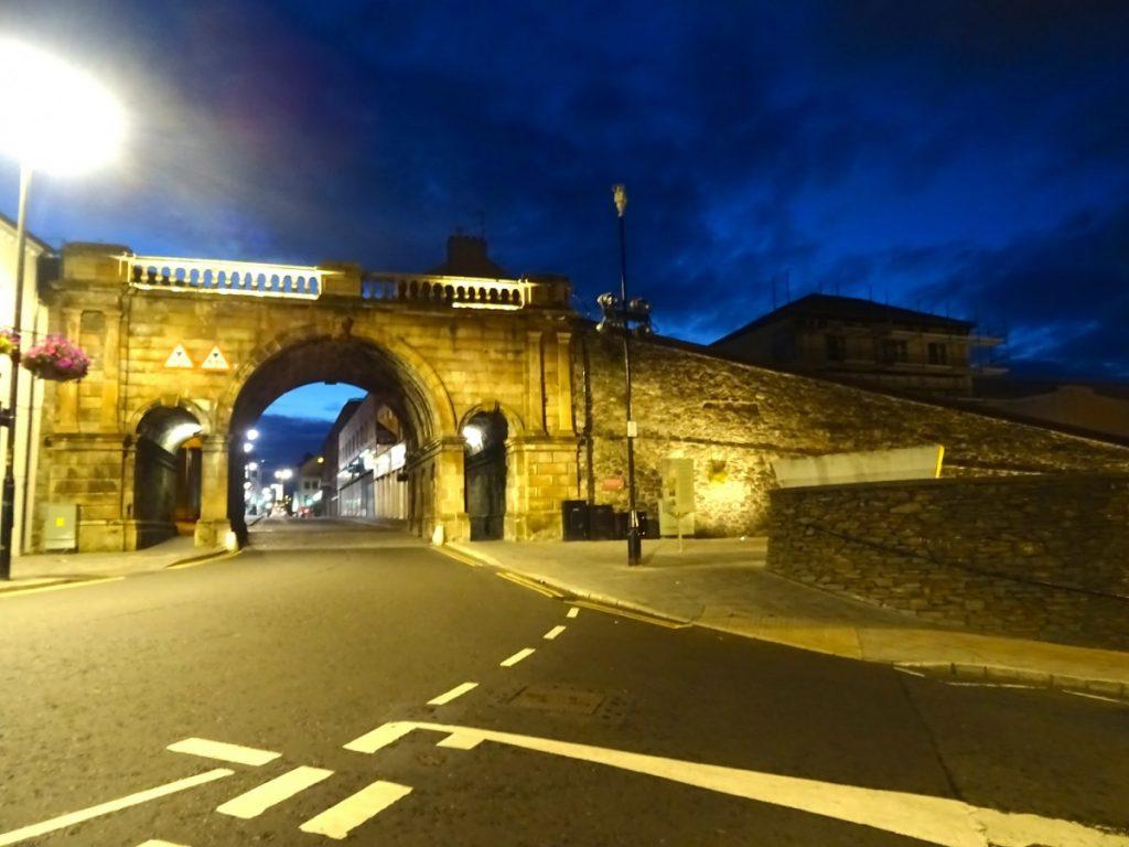 London Derry passeggiata notturna vicino alle mura della città