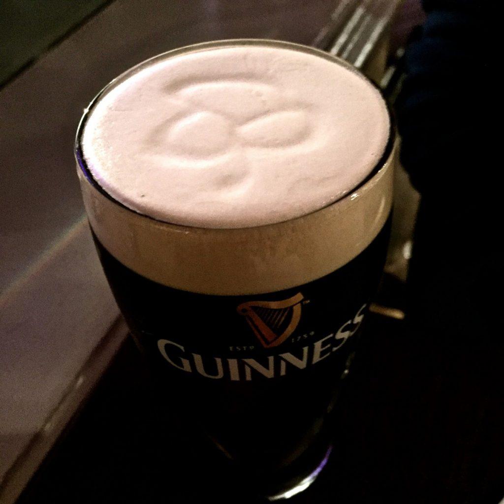 Irlanda Guinness con trifoglio disegnato