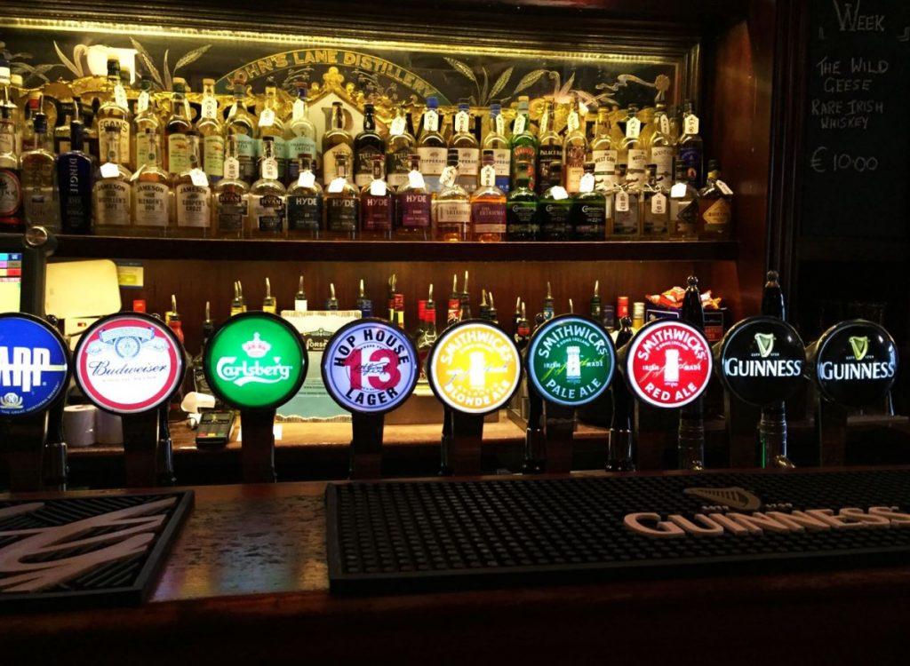 dublino le birre più iconiche d'irlanda - interno di un pub temple bar
