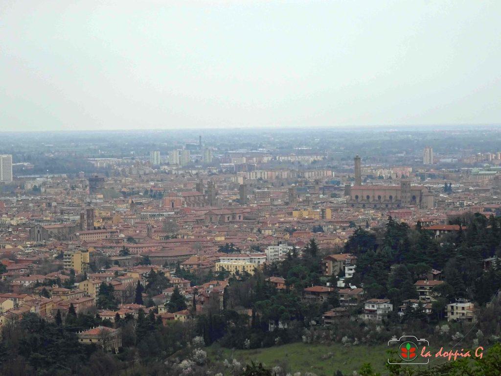 Vista su Bologna dall'alto del colle di San Luca