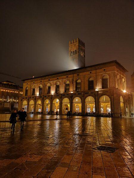 Il Palazzo Re Enzo a Bologna, prigione lussuosa di Federico II di Svevia.