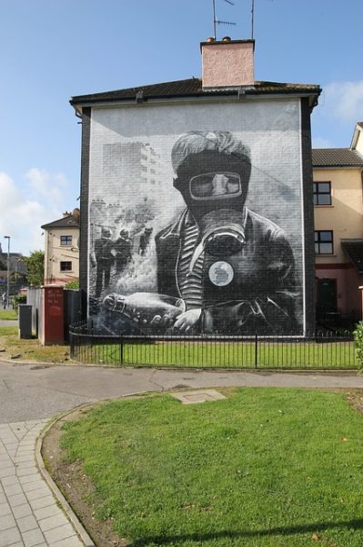 murales a london derry in ricordo delle battaglie dell'ira